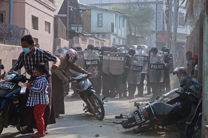 Ordetroepen in de stad Myingyan.
