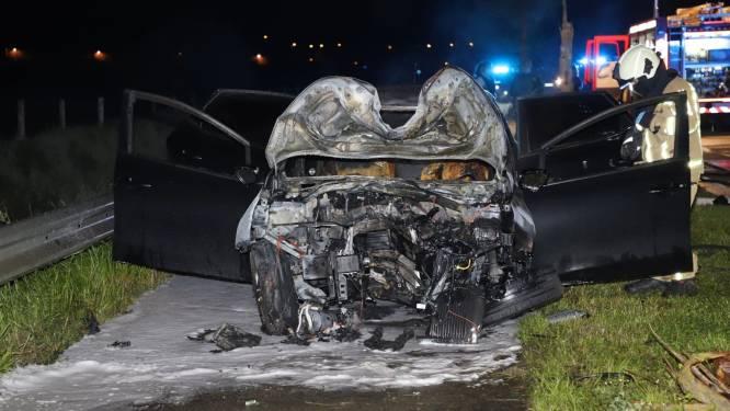 Bestuurder (27) zwaargewond na klap tegen boom: auto vat vuur