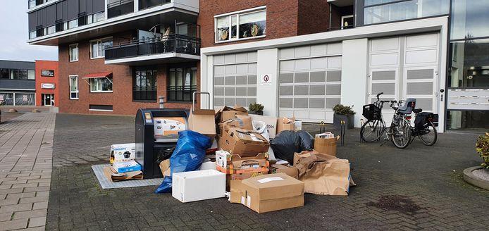 Het oud papier is niet opgehaald in de centrumbuurten van Hengelo. Twente Milieu belooft nog een extra ronde te rijden.