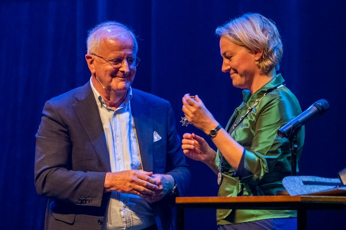 DS-2021-11392  Zwolle - Koninklijke onderscheiding Adriaan Visser   Koninklijke onderscheiding voor Adriaan Visser, scheidend voorzitter van PEC Zwolle.  COPYRIGHT ALEX MULDER