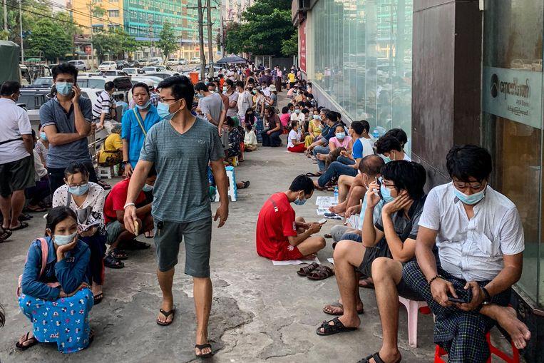 De crisis is vooral voor de bevolking een ramp. Naast het geweld is het arme land economisch in vrije val: er staan iedere dag lange rijen voor banken en pinautomaten. Beeld AFP
