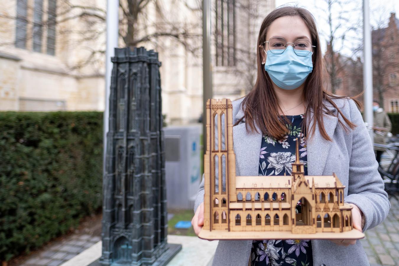 Ka'ina Bollen met een houten Sint-Romboutskathedraal van Wood'n