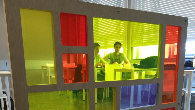 Het Utrechtse 'Mondriaan-zonnepaneel': gekleurd perspex met zonnecellen onzichtbaar in de rand. Beeld Universiteit Utrecht