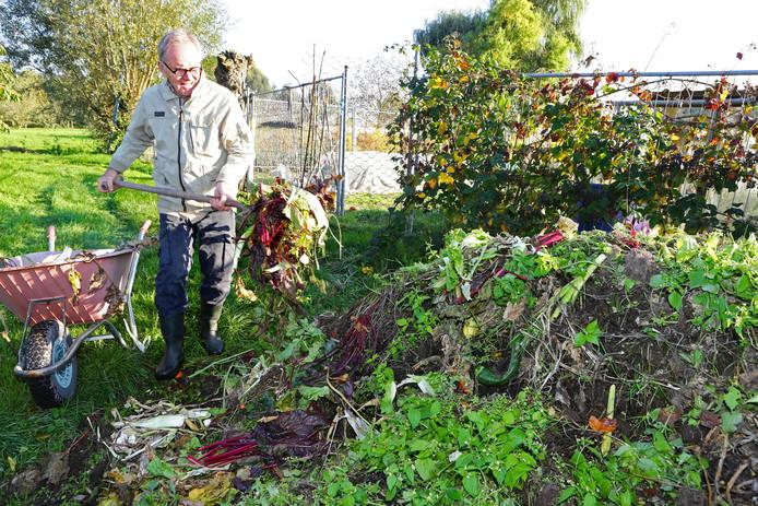 Jaap Keller gebruikt geen groene container, hij gooit alles op de composthoop.