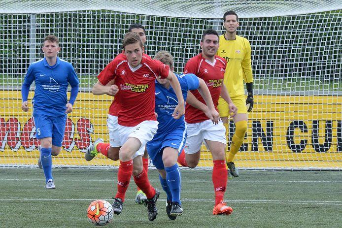 Bjenze Graat maakt tempo in het shirt van JVC.