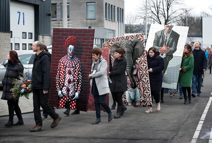 Zo'n tweehonderd familieleden, vrienden en collega-kunstenaars van de Vlampijpateliers liepen vanmiddag in een processie naar de Werkspoorkathedraal, om afscheid te nemen van de Utrechtse kunstenaar Erik Suidman. Kunstwerken van Suidman werden meegedragen.