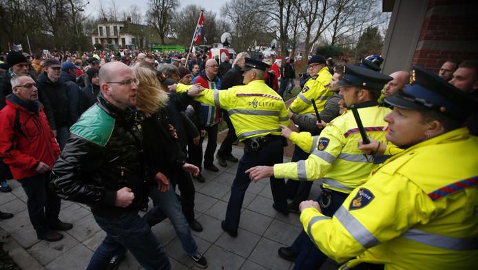 Buiten het gemeentehuis in Loppersum maakten enkele honderden mensen flink kabaal. Het was even onrustig toen er een opstootje ontstond tussen woedende Groningers en de politie.