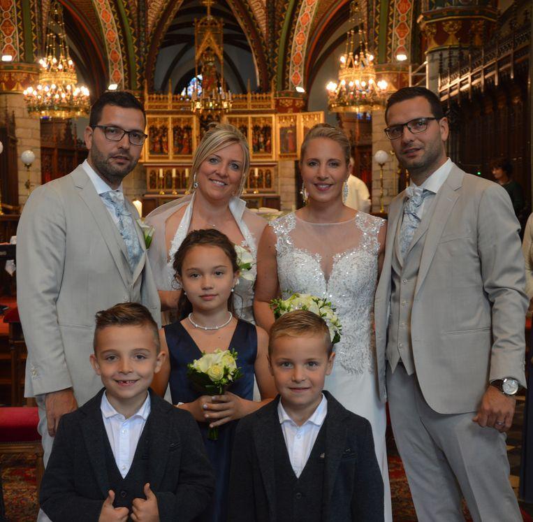 Dubbel huwelijk tweeling Sébastien en Laurent Neufkens. Laurent en Deborah (links) en Tanja en Sébastien (rechts) met de kinderen.