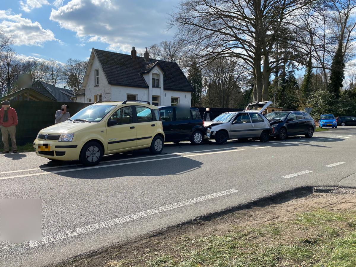 Door een kop-staart botsing tussen vier voertuigen is er een grote file ontstaan in beide richtingen tussen Eefde en Gorssel.