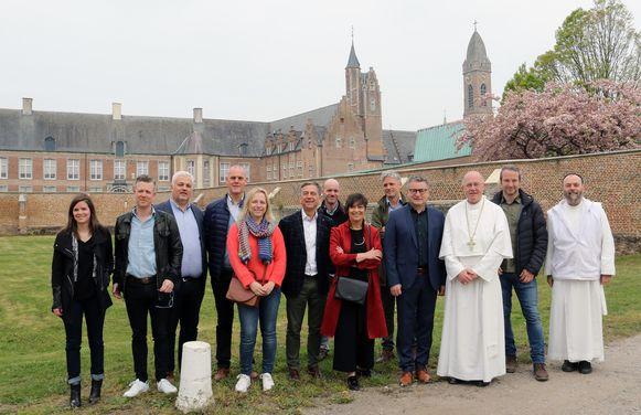 Koen Van den Heuvel (CD&V) aan de abdij van Tongerlo, met onder meer abt Jeroen De Cuyper (derde van rechts).