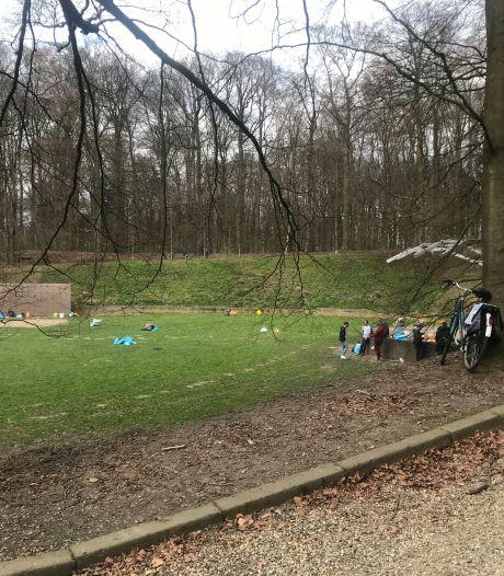 Vitesse-fans houden, een uur voor de wedstrijd, het feestje in Park Sonsbeek voor gezien