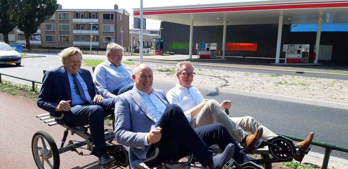 Wethouder Gerard Gerrits (rechts), met naast hem gedeputeerde Bert Boerman en achterop de directie van TWW