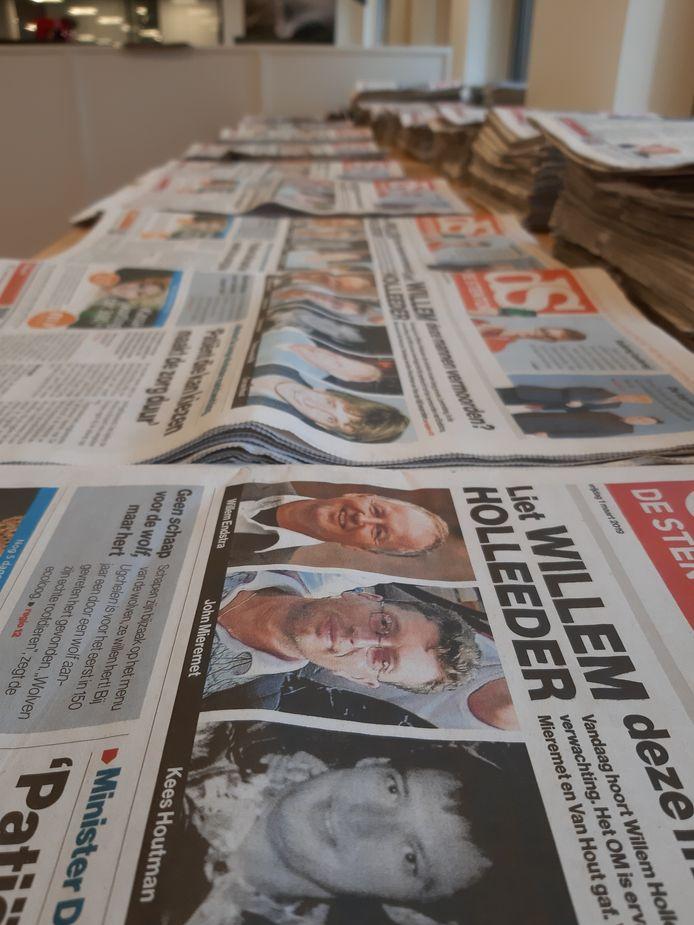 De krantentafel van de Stentor op de redactie.