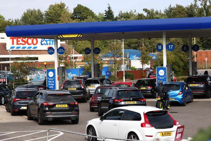 Automobilisten staan in de rij voor een benzinestation in Camberley, ten westen van Londen.