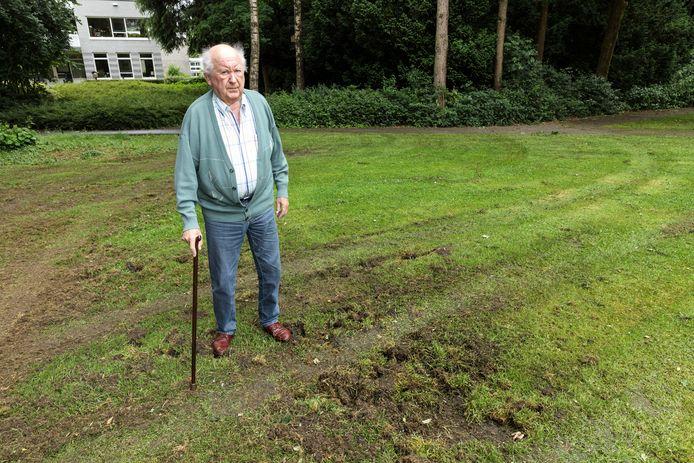 Henk Wagenvoort in het Stationspark, waar de sporen van wilde zwijnen duidelijk zichtbaar zijn.