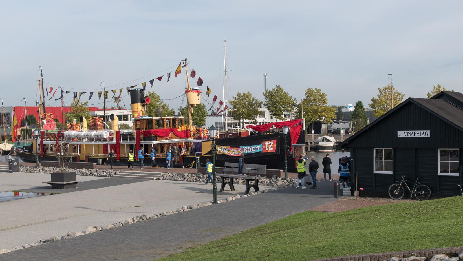 Pakjesboot 12 is aangemeerd in de haven van Elburg.