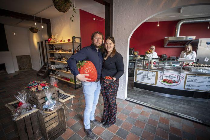 De Manderveense Aardbei opent een tweede winkel in hartje Ootmarsum. Hardrik en Claudia Hindriksen verkopen er tevens streekproducten.