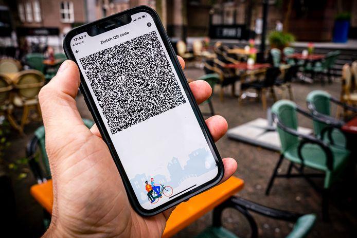 Een mobiele telefoon met de QR code van de CoronaCheck App op het Stratumseind in Eindhoven.
