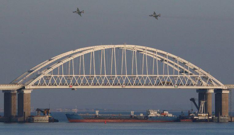 Russische straaljagers vliegen over de straat van Kertsj, die door Rusland geblokkeerd wordt door een cargoschip. Beeld REUTERS