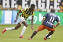 Romaric Yapi in duel met Mats Kohlert van Willem II.