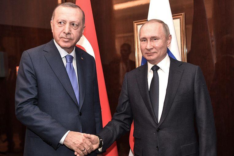 De Turkse president Recep Tayyip Erdogan schudt de hand van zijn Russische ambtsgenoot Vladimir Poetin.