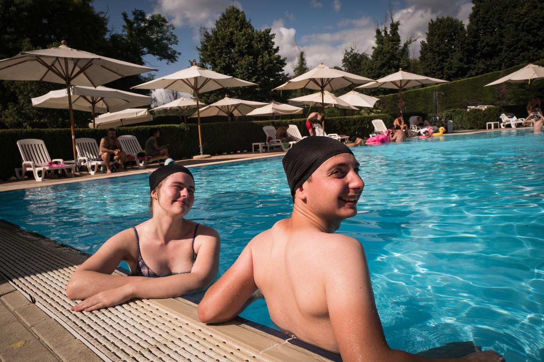 Charlotte Erauw (22) en Alexander de Reuk (23) in het zwembad van camping Village Flaminio. Beeld Nicola Zolin