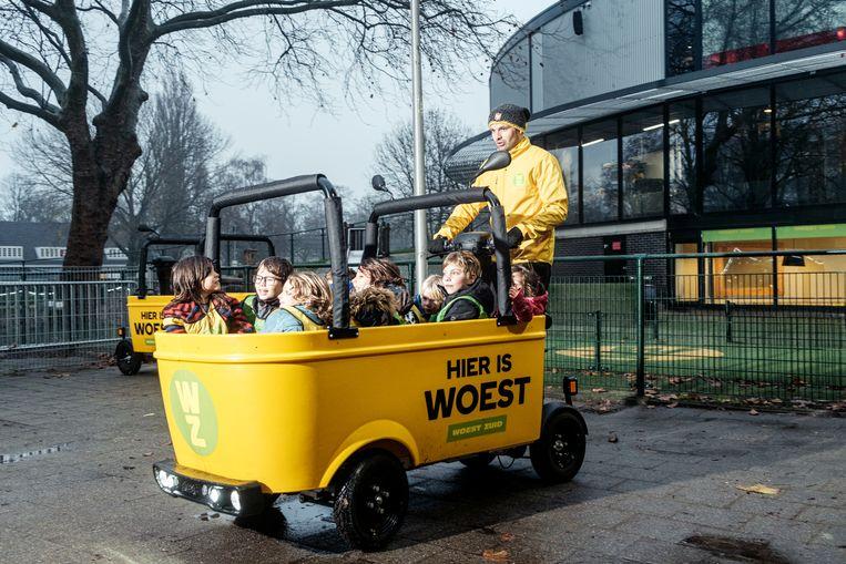 Een medewerker van BSO Woest Zuid met een volle BSO-bus, de opvolger van de Stint. Beeld Jakob van Vliet