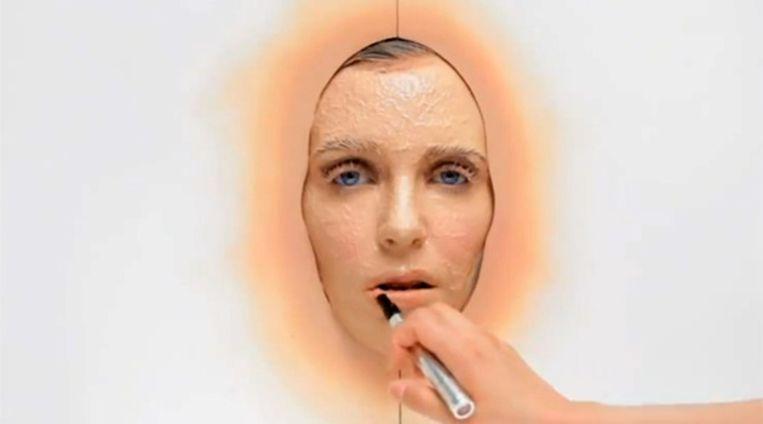 Hannelore Knuts krijgt een van haar 365 laagjes make-up aangebracht. VIDEOSTILL Beeld