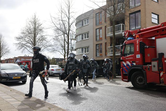 Twee arrestatieteams arriveren bij de woning in Zwolle-Zuid.
