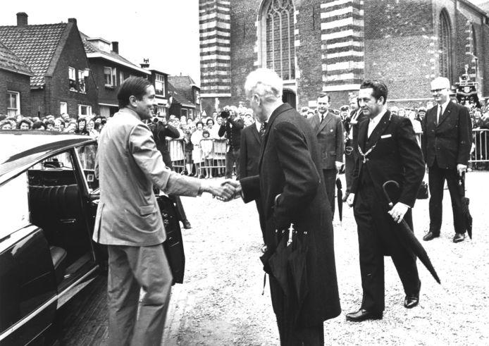 Ontvangst van prins Claus tijdens zijn eerste bezoek aan Woudrichem. Rechts burgemeester L.Voster (met ambtsketen).
