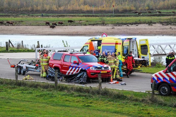 Hulpdiensten ontfermen zich over de vrouw die te water raakte in de Deventer jachthaven.