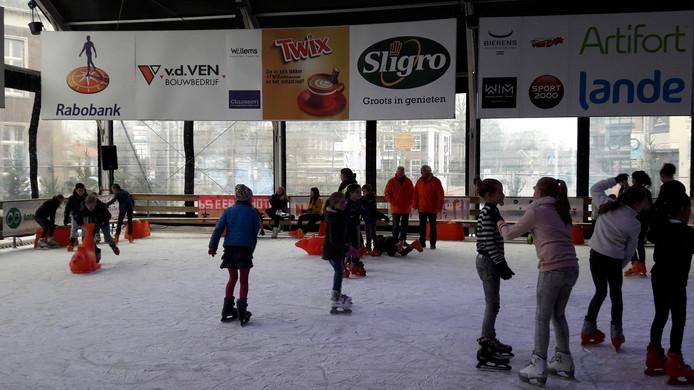 De ijsbaan van Veghel on Ice is vandaag van start gegaan. De Rotary, winkeliers en horeca zijn er al zeer content mee.