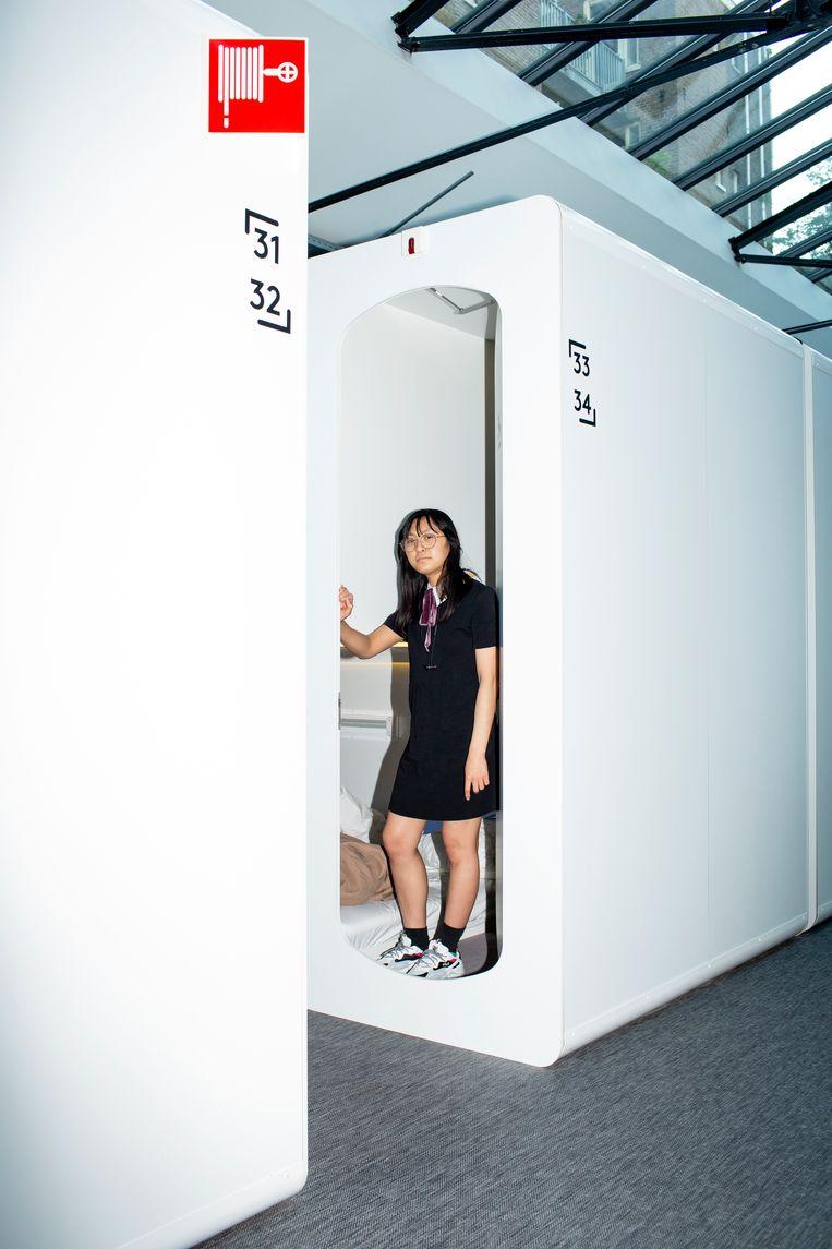 Mariel Victorio in haar hotelkamer: 'Ik vind het juist fijn dat het zo klein is.' Beeld Susanne Stange