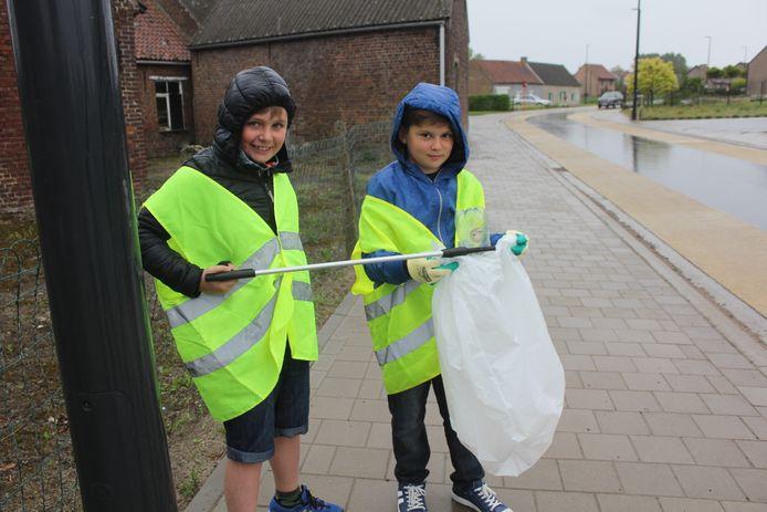 Leerlingen van basisschool Tinnenhoek zamelden samen met schepen Beulens en IlvA-voorzitter Bart Van Den Neste zwerfvuil in.