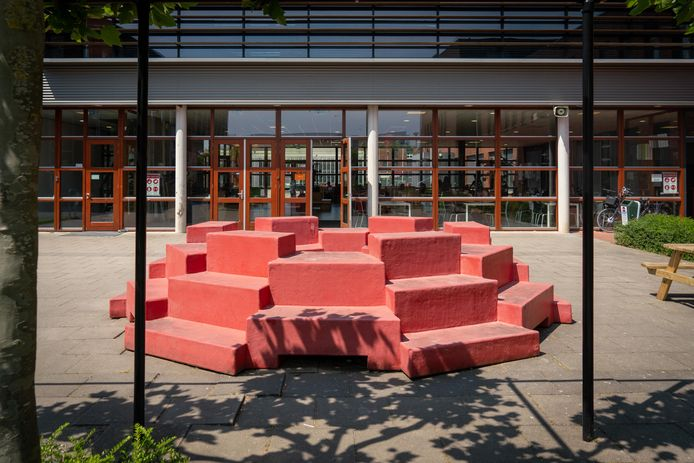 De opdracht voor de schoolpleinmeubels is verstrekt door de stichting Arevo. De meubels zijn van polyester.