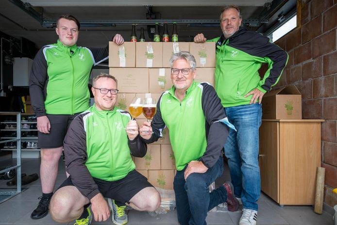 HALLAAR Voetbalclub KFC Molenzonen komt met een eigen bier. Jarno De Backer, Steven De Backer, Ronny Dockx en Sven Lambrechts presenteren het bier
