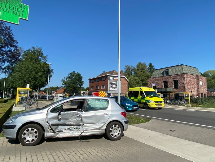 Archief: de auto van de vrouw werd geraakt in de linkerflank, waardoor ze gekneld kwam te zitten.