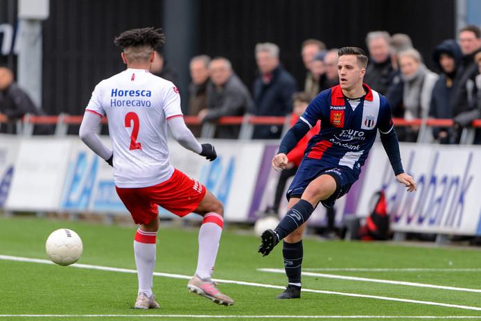 Noordwijk-speler Guy Smith ziet Nino van Beemt namens Excelsior Maassluis de bal spelen.