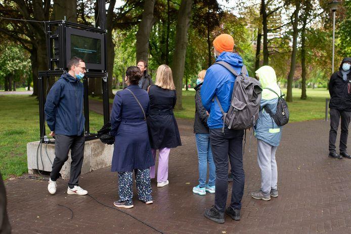 De technologische installatie analyseert het gedrag van voorbijgangers op een kruispunt van het Kielpark.