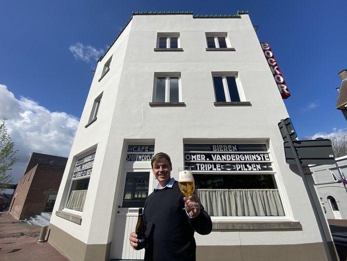 De gevel van café De Sportwereld, met op de voorgrond eventverantwoordelijke Jasper Stragier