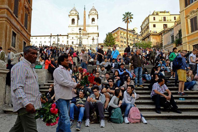 Toeristen op de Spaanse Trappen in Rome. Beeld AFP