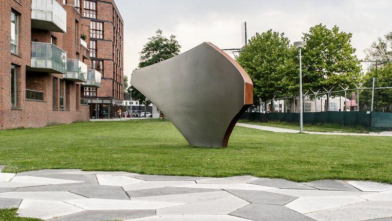 Een van de vier sculpturen van Lester die eruitzien als scherven Beeld Carly Wollaert