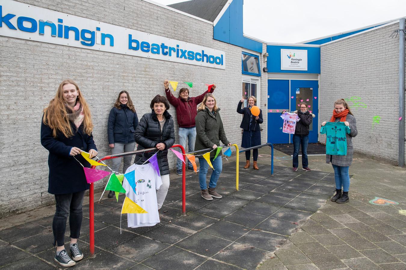 Juffen en meesters van de koningin Beatrixschool werden vanochtend verrast door creatieve knutsels van de kinderen.