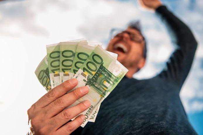 Nu het economisch beter gaat, zouden meer mensen hiervan moeten kunnen meeprofiteren. Stijging van het minimumloon kan daar een bijdrage aan leveren.