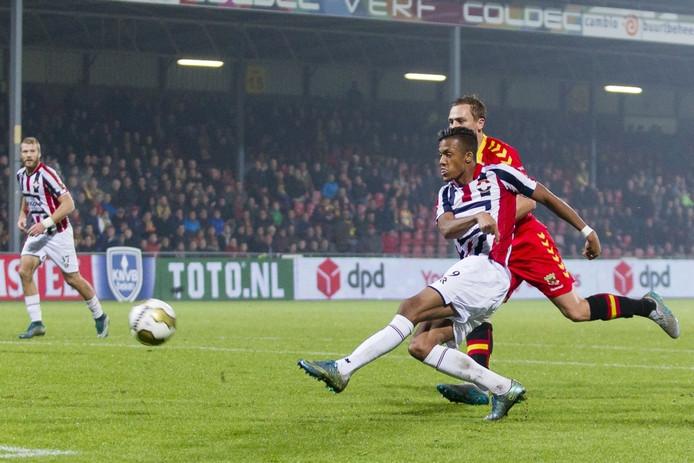 Richairo Zivkovic zet Willem II op 0-2 in het bekerduel met Go Ahead Eagles.