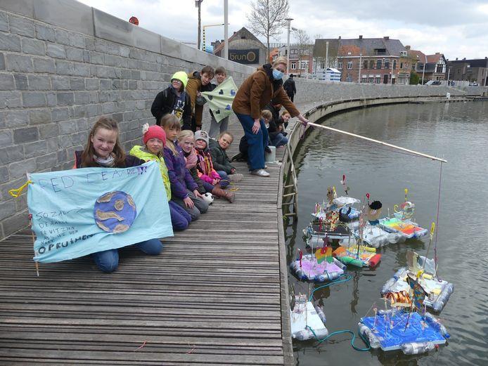 Lore Maegerman en de kinderen lieten hun bootjes te water aan het Sint-Poppoplein in Deinze.