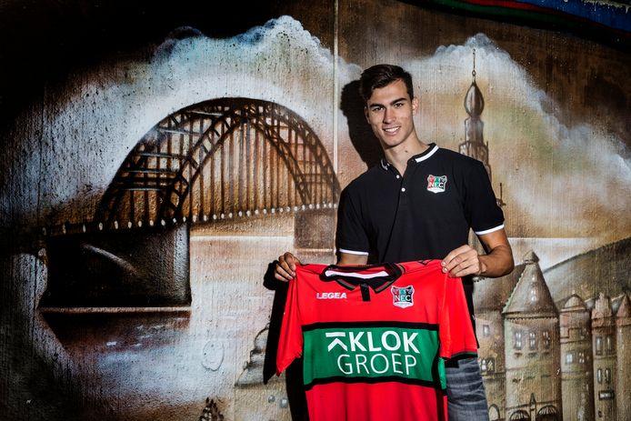 Pedro Ruiz poseert met het NEC-shirt in De Goffert.