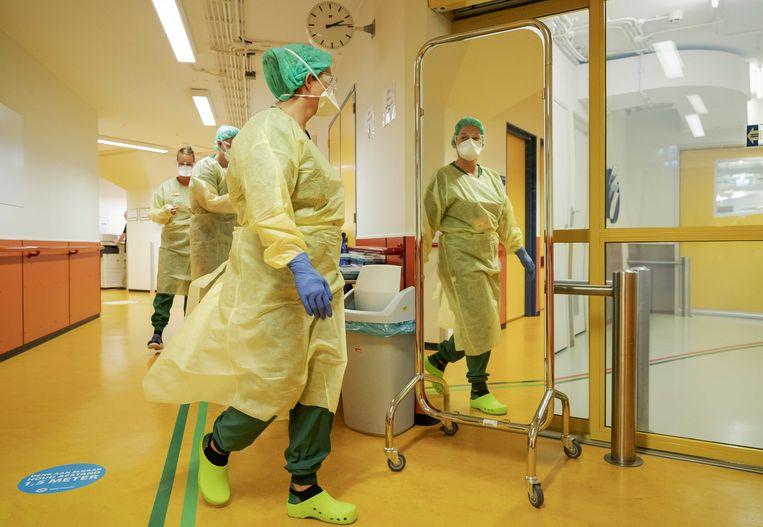 Medisch personeel van Defensie in het UMC Utrecht. Defensie helpt het UMC hier bij door 56 verpleegkundigen, 10 artsen, 26 ondersteunende medewerkers en ic-materiaal voor de strijd tegen het coronavirus te leveren. Beeld ANP