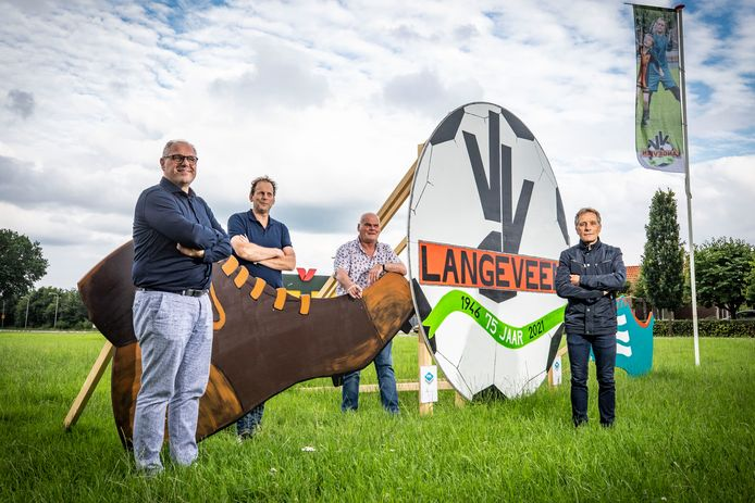 De jubileumcommissie met van links naar rechts: Jan Mensen, Manfred Paus, Bertus Nijhuis en Jan Waaijer. Commissieleden Niek Waaijer en Marcel Waaijer ontbreken op de foto.