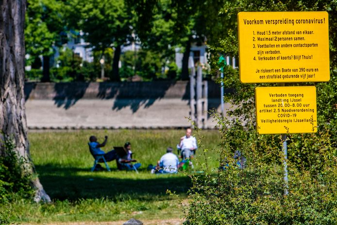 De gele borden met ver- en geboden bij onder meer parken worden de komende dagen weggehaald in Deventer.